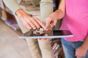professor e aluno tocando a tela do tablet
