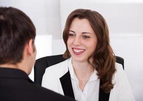 empresária, olhando para o candidato durante a entrevista foto