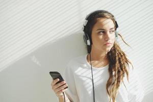 garota em fones de ouvido foto