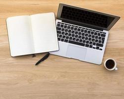 caderno com uma caneta e caderno com uma xícara de café foto