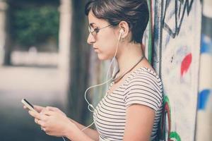 mulher jovem hippie ouvindo música