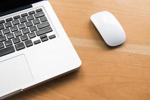 computador portátil em uma mesa de madeira foto