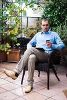 homem de multimídia de multitarefa de negócios elegante em casa foto