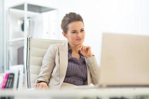mulher de negócios usando laptop foto