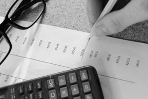 Finanças extrato bancário de matemática com lápis e calculadora foto