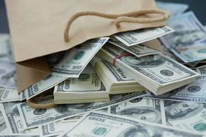 muito dinheiro fora de um saco de papel foto