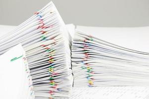 clipe de papel colorido com lugar de relatório de pilha na conta de finanças foto