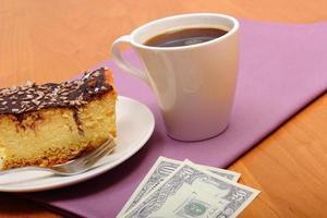 pagando por cheesecake e café no café, conceito de finanças
