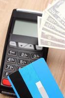 dólar de moedas com cartão de crédito e terminal de pagamento, conceito de finanças foto