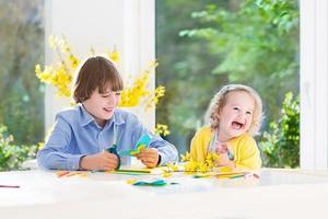 irmã adolescente feliz menino e criança na sala de jantar ensolarada foto