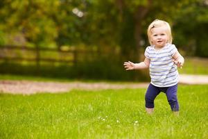 jovem se divertindo jogando jogo ao ar livre