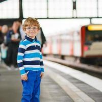 menino feliz em uma estação de metrô.