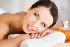 mulher feliz no salão spa
