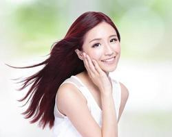 mulher de beleza com um sorriso encantador