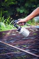 pintando a armação de aço.