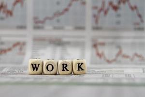 palavra de trabalho construída com cubos de letra no fundo do jornal foto