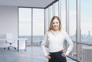 belo empregado sorridente está de pé no escritório