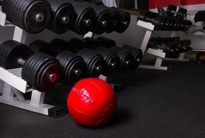 Equipamento de ginástica. fundo de esporte. haltere. copie o espaço foto