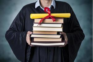 graduação com livros e diploma foto