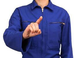 mulher de uniforme apontando algo com o dedo