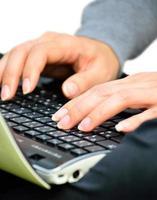 mãos trabalhando no notebook teclado foto