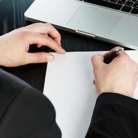 escrevendo em um papel foto