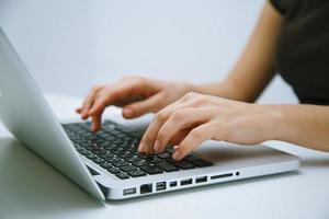 mulher trabalhando no laptop foto