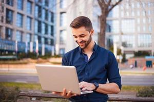 empresário correspondente através da internet pelo prédio de escritórios foto