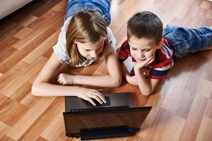 crianças com laptop foto