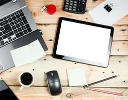 local de trabalho, laptop e tablet pc na mesa de madeira foto