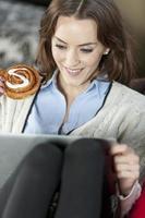 mulher usando laptop relaxante foto