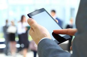 homem usa um telefone celular foto