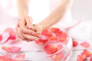 reflexologia, uma massagem suave nas mãos foto