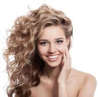 belo retrato sorridente de mulher no fundo branco foto