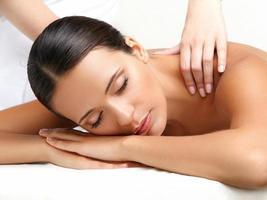 massagem. close-up de uma mulher bonita, recebendo tratamento de spa foto