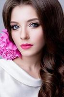 retrato de estúdio close-up de mulher bonita com maquiagem brilhante