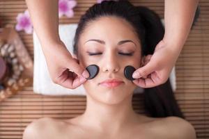 mulher bonita, tendo uma massagem facial de bem-estar foto