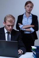empregado olhando seu chefe foto
