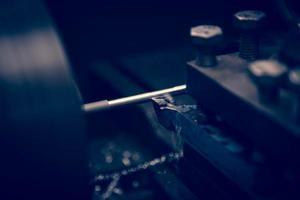 máquina de torno opera em barra de aço. foto