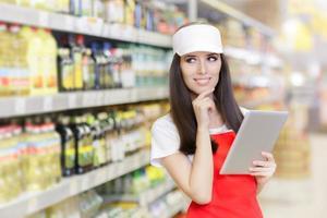funcionário de supermercado sorridente segurando um tablet pc