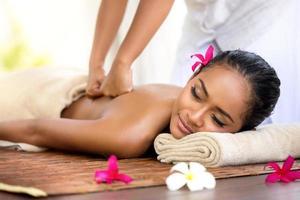 massagem balinesa em ambiente de spa foto