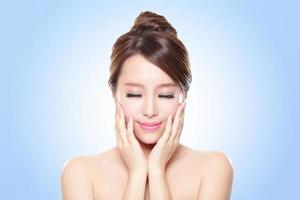 mulher jovem sorridente com os olhos fechados foto