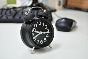 despertador na mesa foto