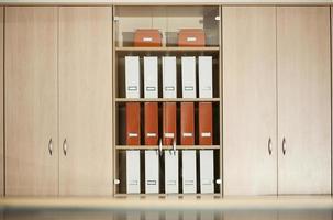 armário de arquivo de escritório com prateleiras foto
