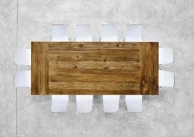 mesa de reunião marrom grande com doze cadeiras foto