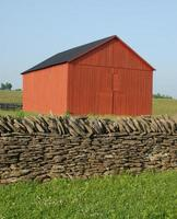 edifício vermelho em uma fazenda de kentucky foto