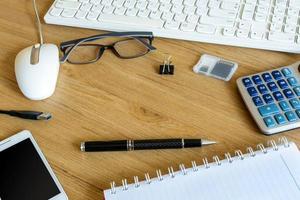ferramentas e teclado de computador foto