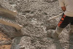 derramamento de concreto e trabalhador foto