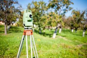 estação total de levantamento e medição de equipamentos de engenharia foto
