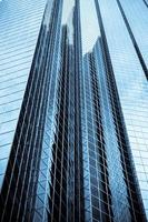 edifício de escritórios highrise com tonalidade azul